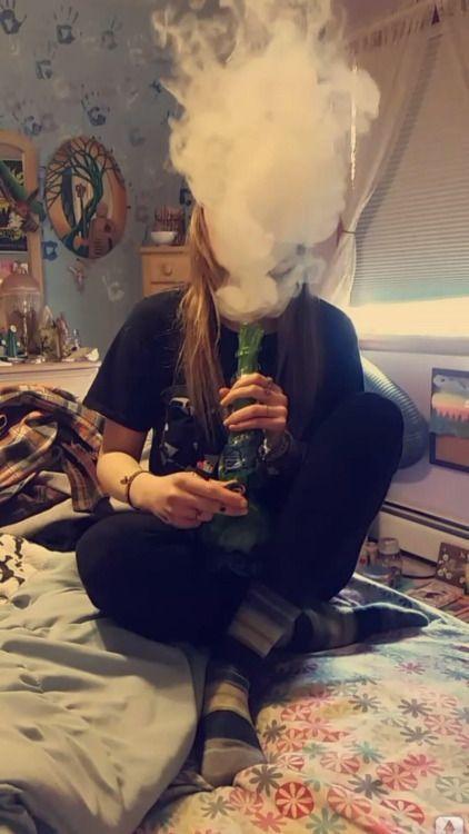 Прикольные картинки курящих девушек на аву в социальные сети 16