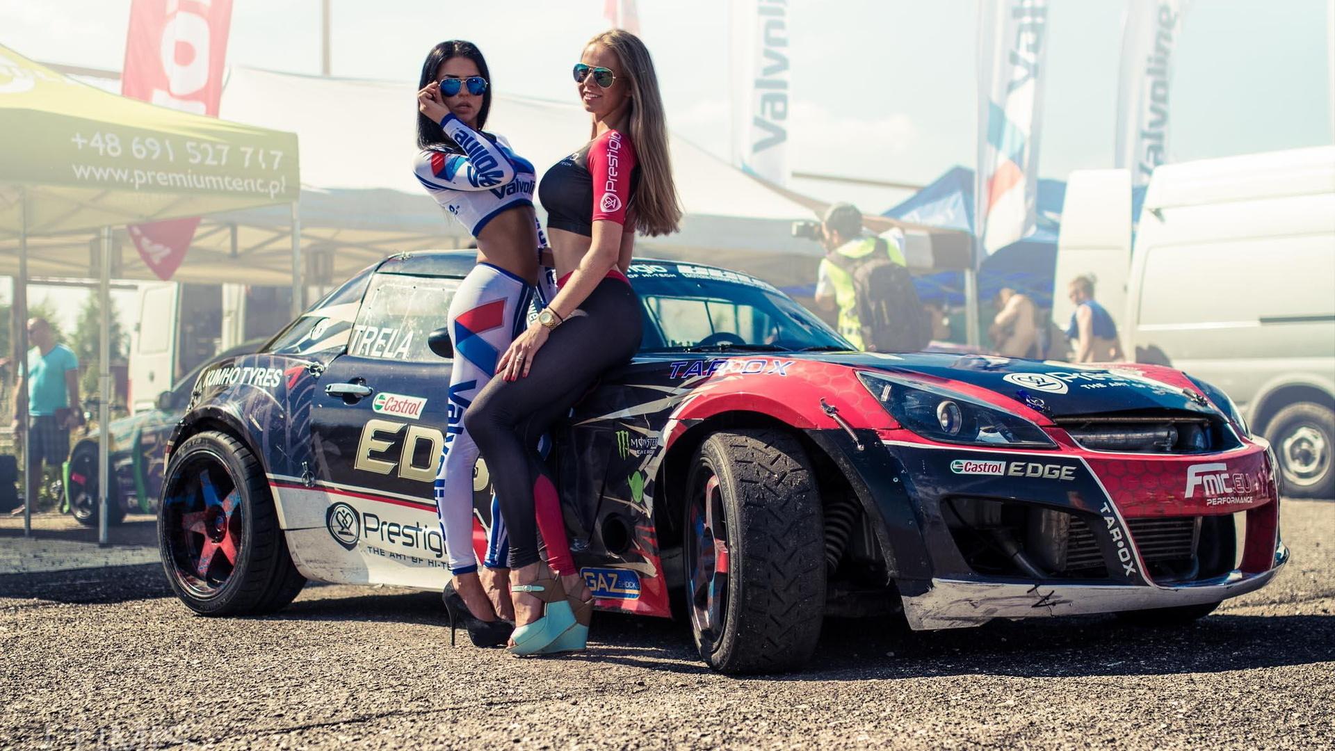 проводится бал фотосессия с машиной на гонках сплющенное
