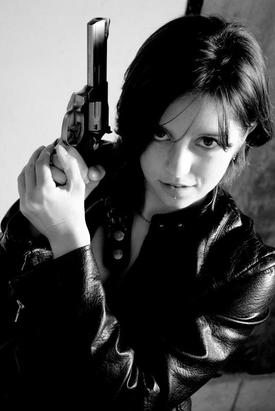 Картинки девушка с оружием в руках