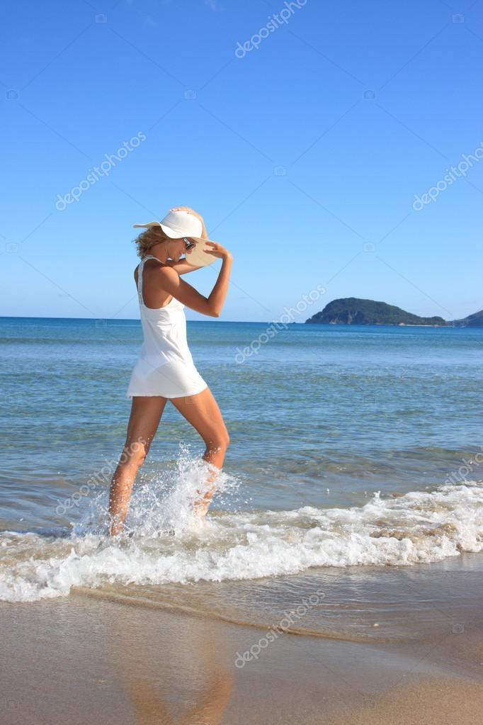 Красивые фото женщин на море015