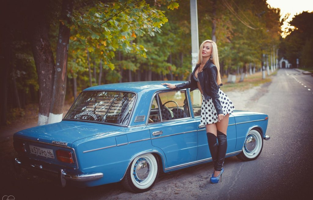 Лучшие фото машин с девушками на рабочий стол - подборка (16)