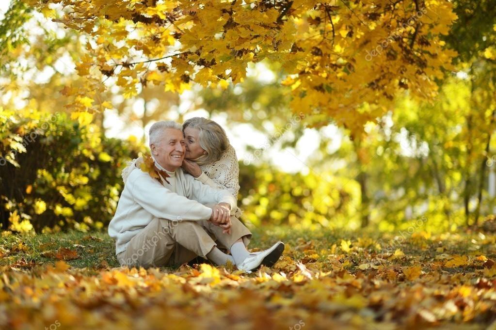 Пара в парке осенью 003