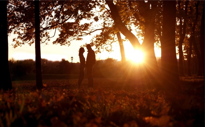 Пара в парке осенью 004