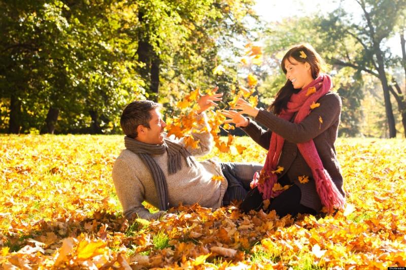 Пара в парке осенью 017