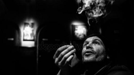 Парень в капюшоне курит 020