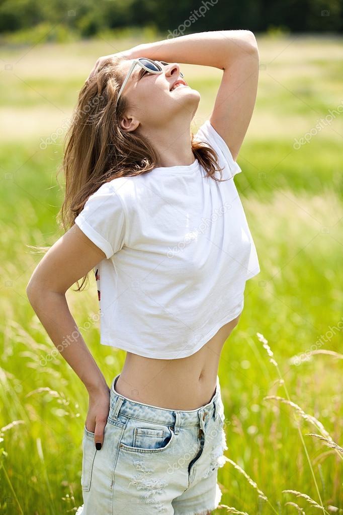 фото девушек в футболке и в шортах (15)