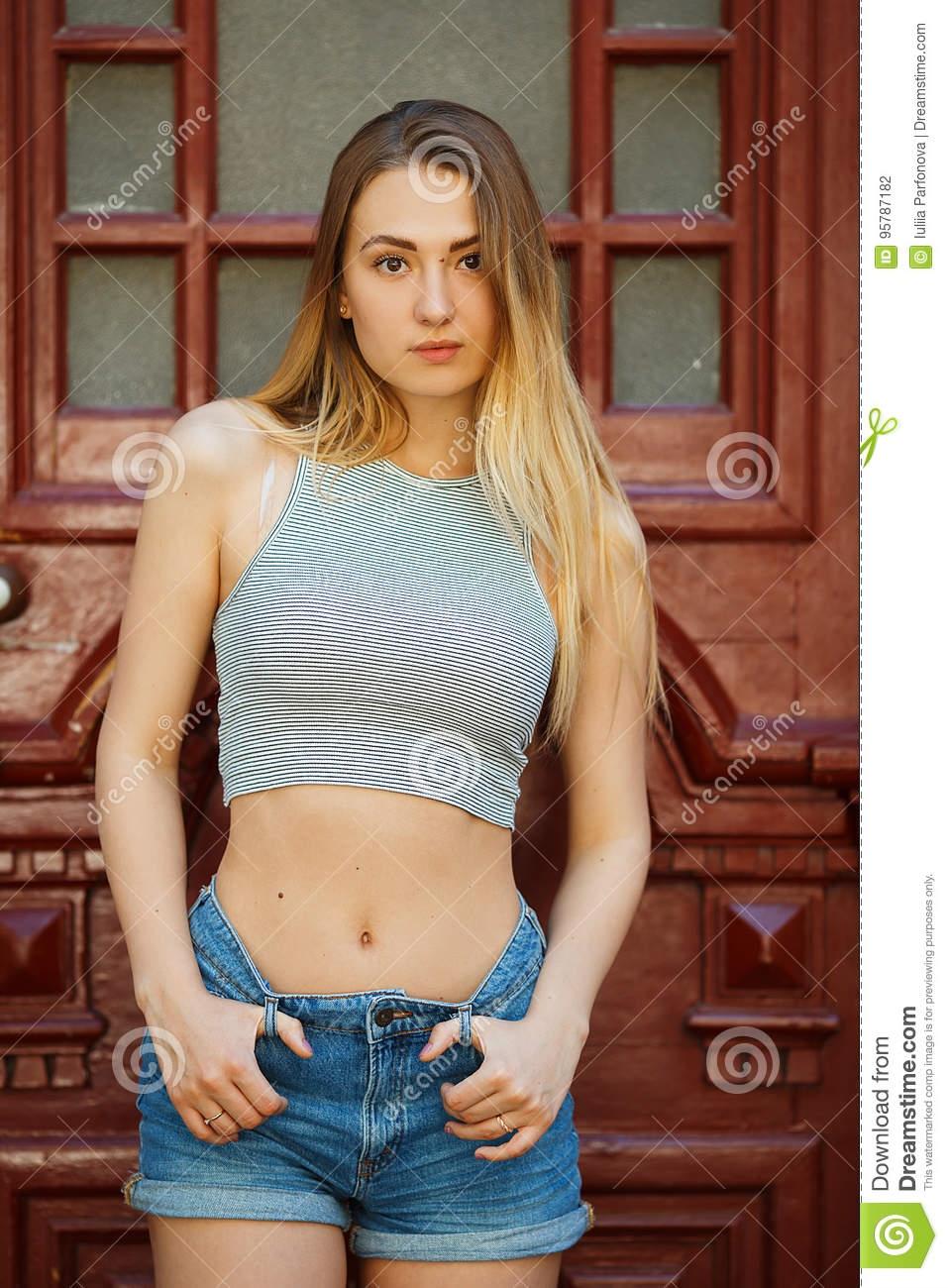 фото девушек в футболке и в шортах (21)