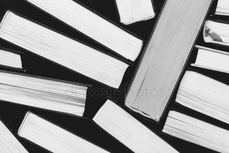 Стопка книг черно-белые картинки (16)