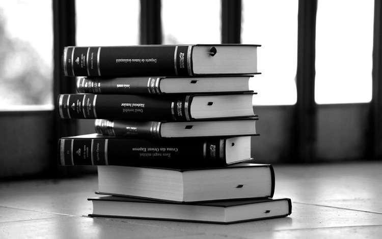 Стопка книг черно-белые картинки (17)