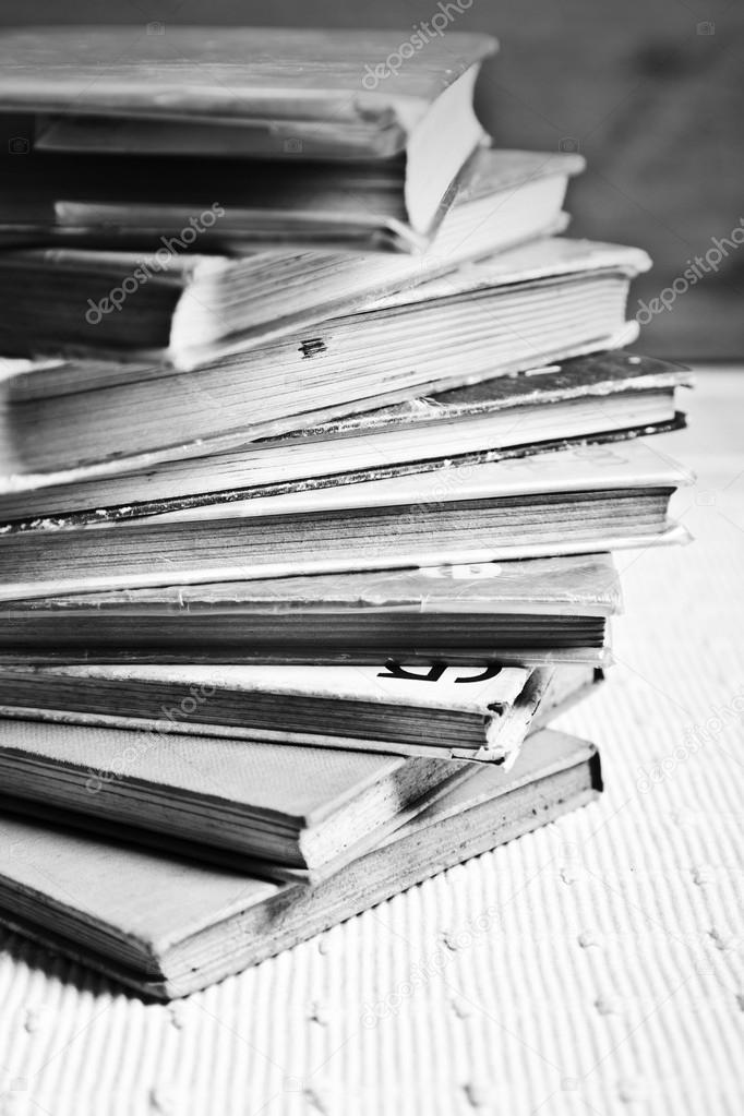 Стопка книг черно-белые картинки (6)