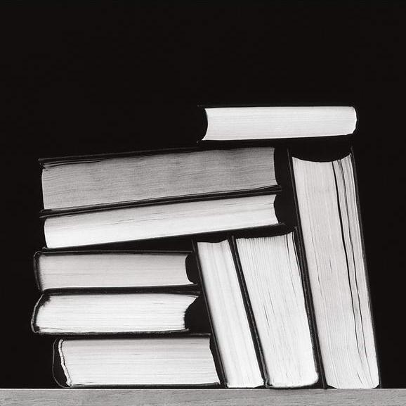 Стопка книг черно-белые картинки (7)