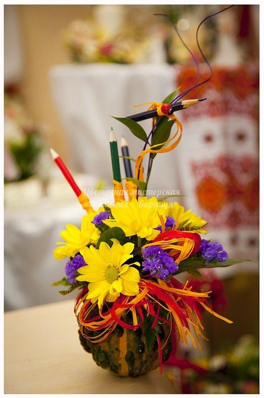 Цветочная композиция из живых цветов ко дню учителя