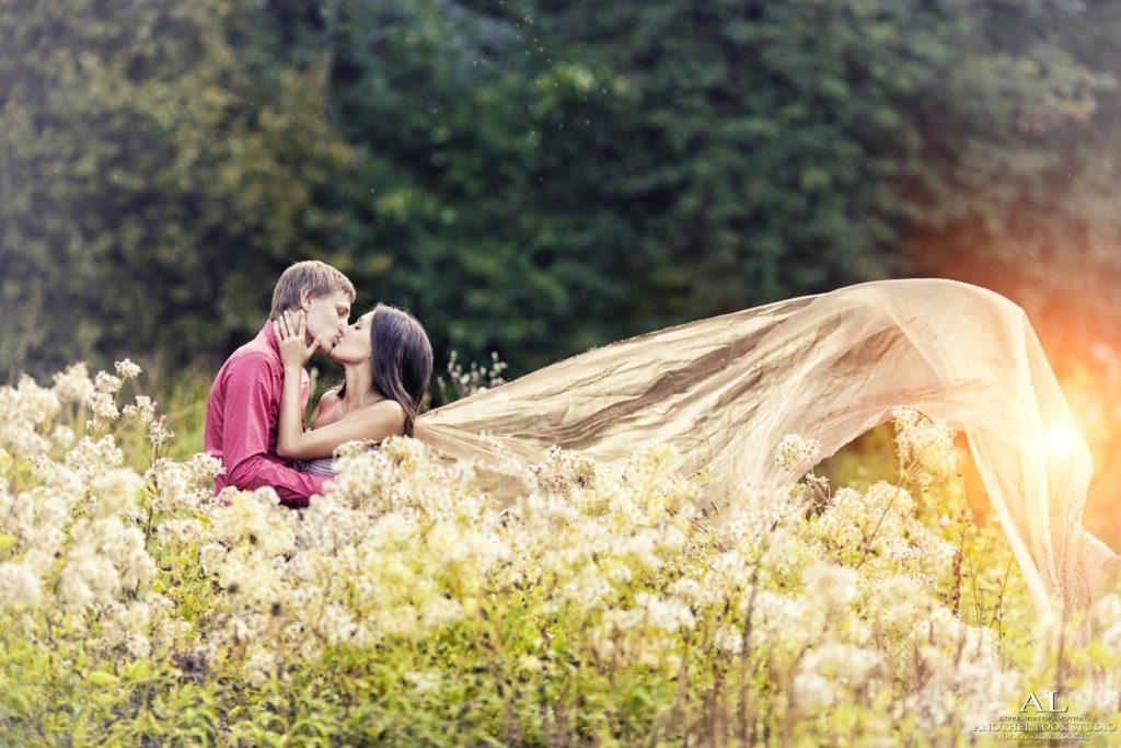 Влюбленные в лесу красивые фотографии011