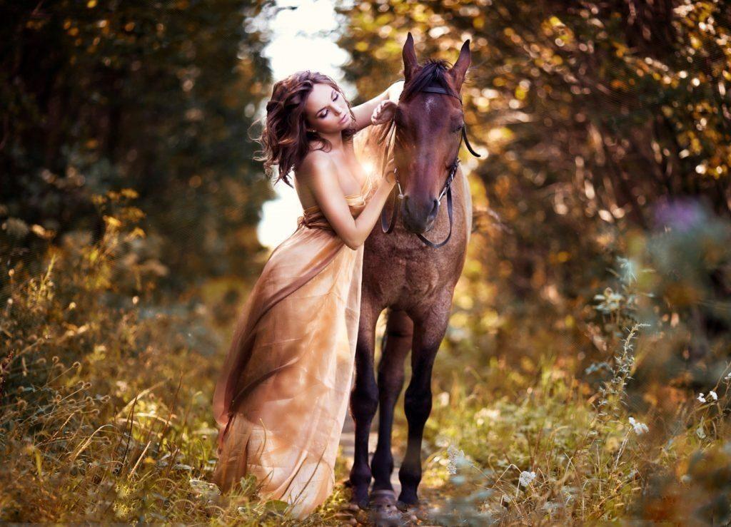 Влюбленные в лесу красивые фотографии014