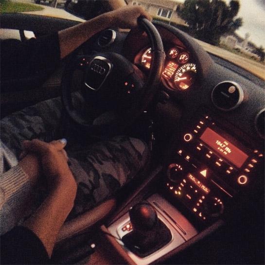 Девушка в машине за рулем без лица на аву001