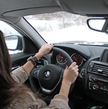 Девушка в машине за рулем без лица на аву003