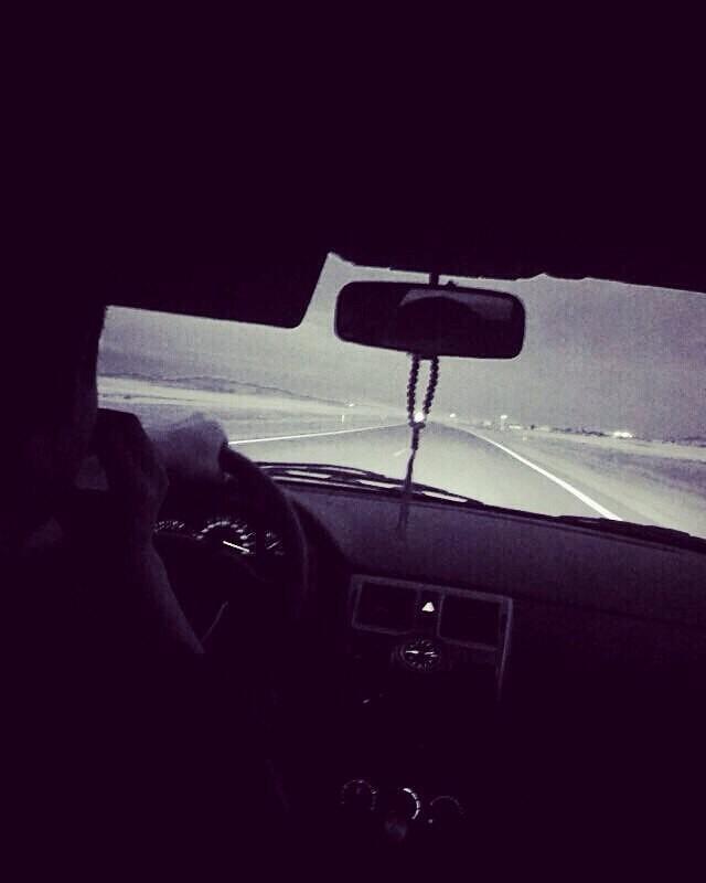 Девушка в машине за рулем без лица на аву004