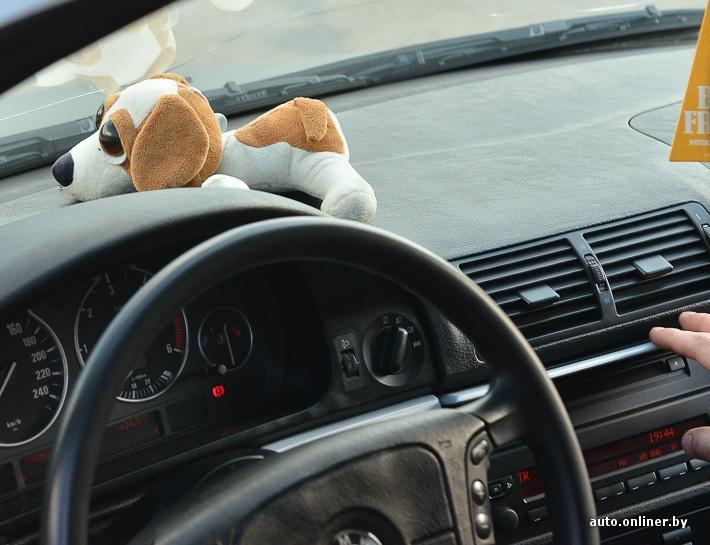 Девушка в машине за рулем без лица на аву007