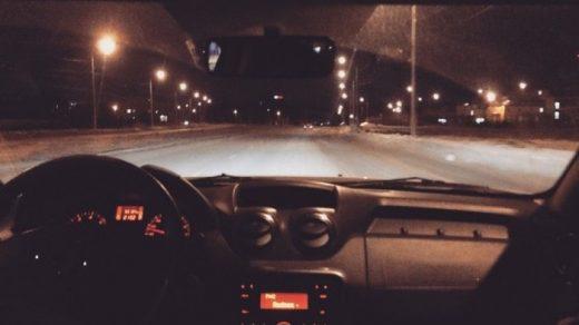 Девушка в машине за рулем без лица на аву008