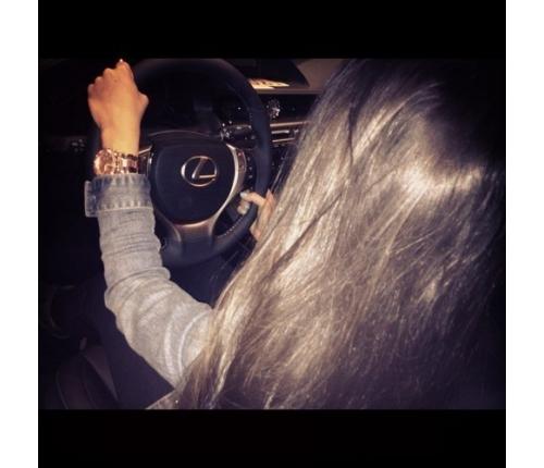 Девушка в машине за рулем без лица на аву009