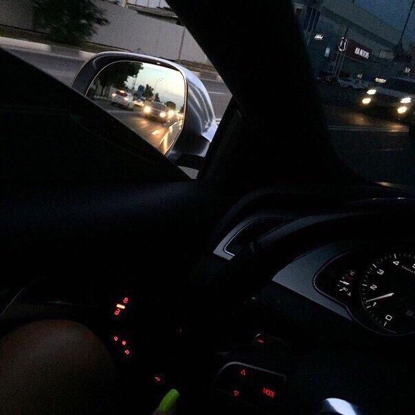 Девушка в машине за рулем без лица на аву010