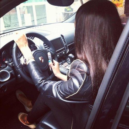 Девушка в машине за рулем без лица на аву012