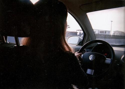 Девушка в машине за рулем без лица на аву013
