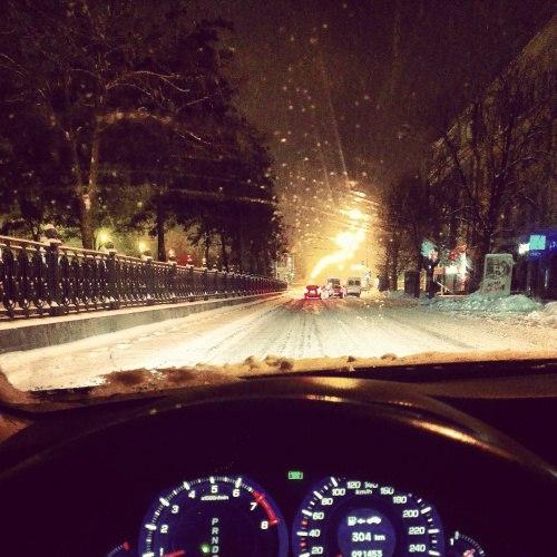 Картинки в машине без лица девушка и парень дорога зимой