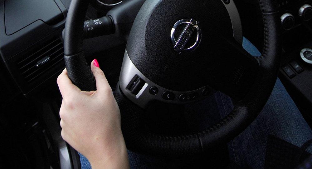 Девушка в машине за рулем без лица на аву015