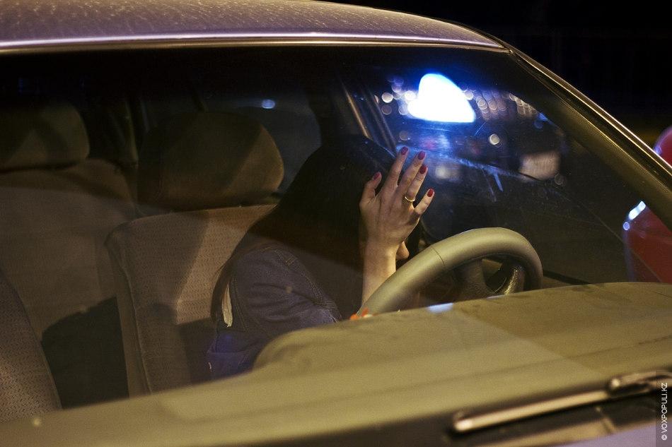 Девушка в машине за рулем без лица на аву018