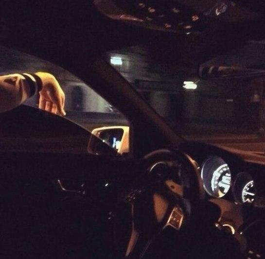 Девушка в машине за рулем без лица на аву019