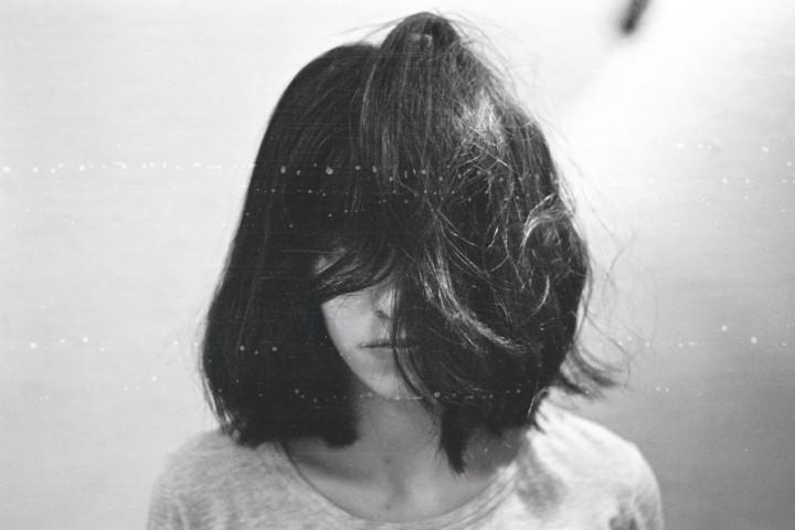 Девушка на аву со спины с короткими волосами013
