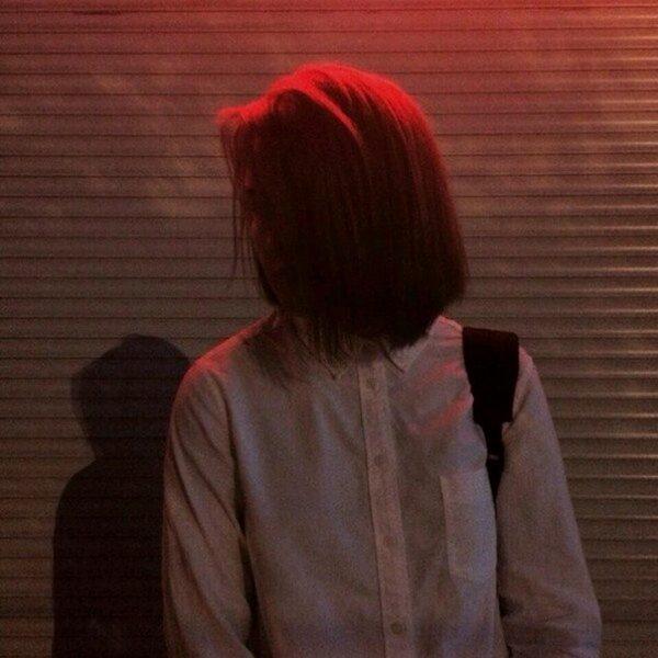 Девушка с короткой стрижкой со спины на аву008