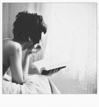 Девушка с короткой стрижкой со спины на аву014