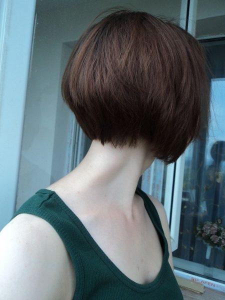 Девушка с короткой стрижкой со спины на аву018