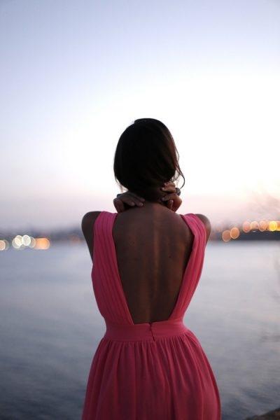 Девушка с короткой стрижкой со спины на аву022