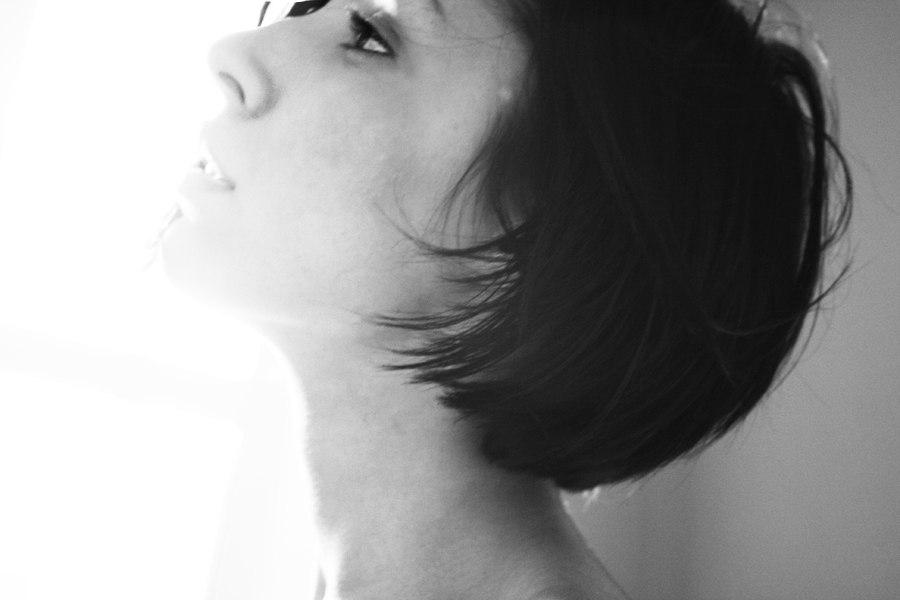 Девушка с короткой стрижкой со спины на аву023