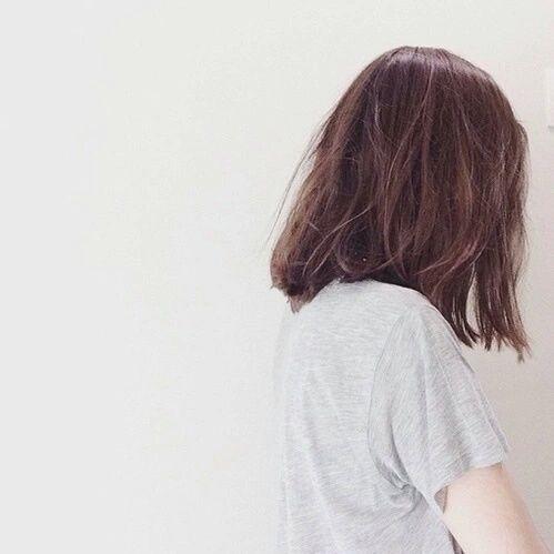 Девушка с короткой стрижкой со спины на аву024