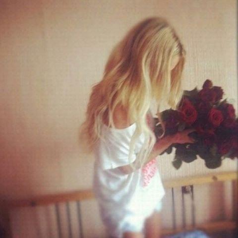 Девушка с цветами фото со спины на аву015