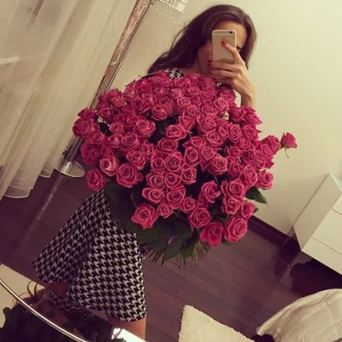 Открытки, картинки девочка с цветами в руках со спины фото