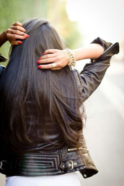 Девушки брюнетки со спины с длинными волосами на аву003