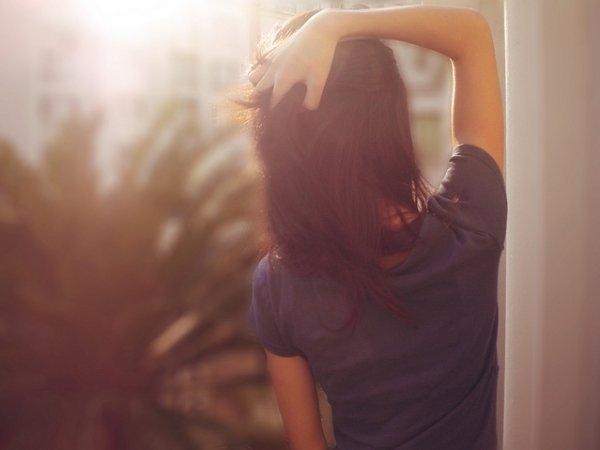 Девушки брюнетки со спины с длинными волосами на аву017