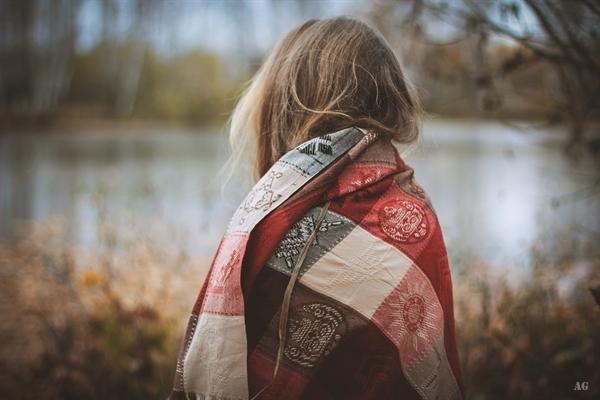 Девушки со спины осенью с русыми волосами001