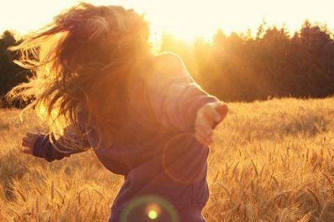 Девушки со спины осенью с русыми волосами002