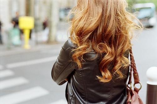 Девушки со спины осенью с русыми волосами005