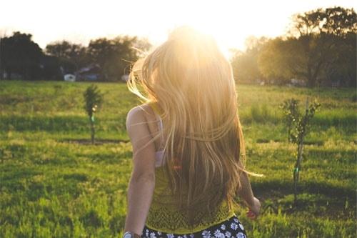 Девушки со спины осенью с русыми волосами006