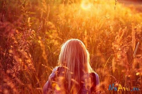 Девушки со спины осенью с русыми волосами008