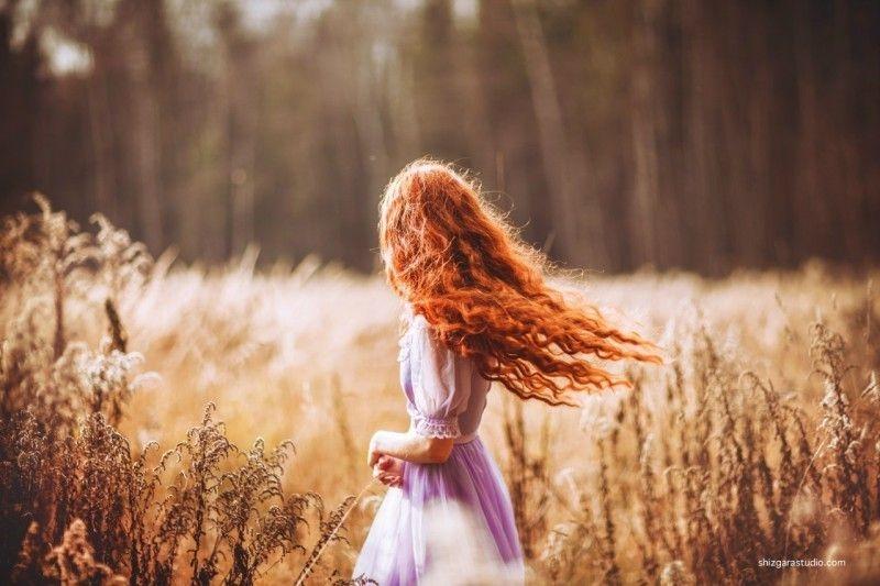 Девушки со спины осенью с русыми волосами010