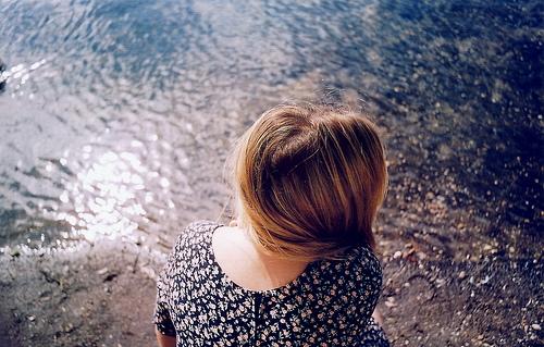 Девушки со спины осенью с русыми волосами015