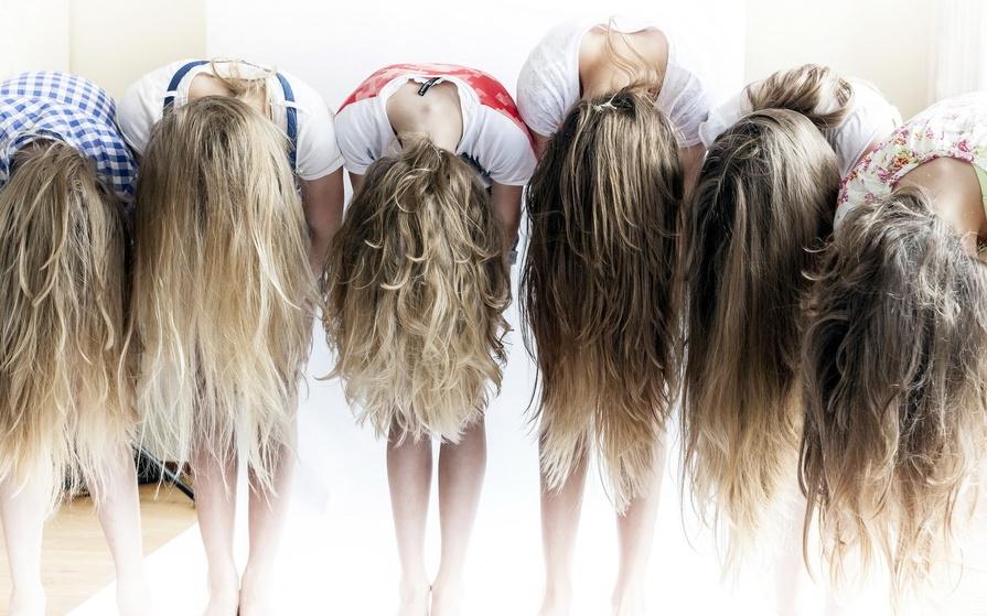 Девушки со спины осенью с русыми волосами017